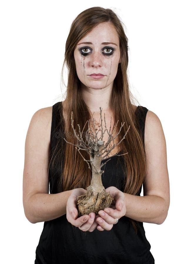 Menina que grita sobre a árvore inoperante fotografia de stock