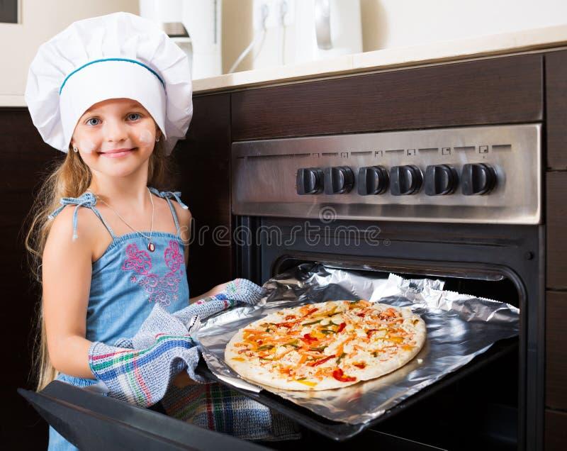 Menina que guarda a bandeja com pizza imagem de stock royalty free