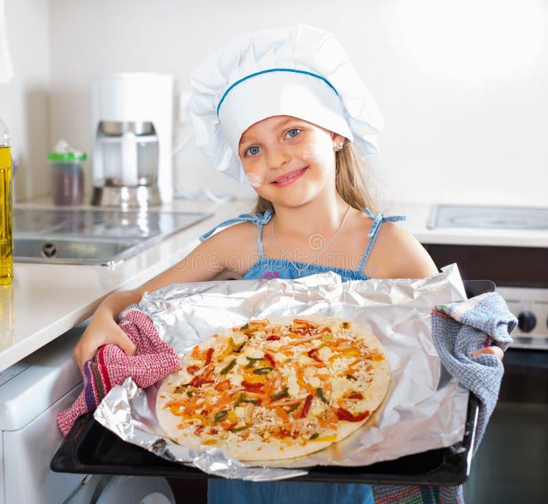 Menina que guarda a bandeja com pizza fotos de stock