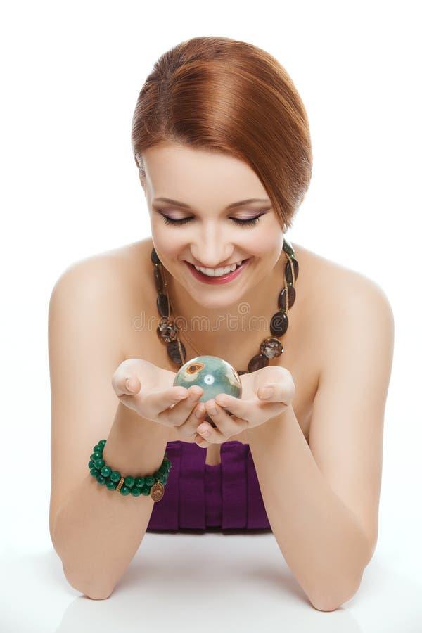 Menina que guarda a bola de pedra natural fotografia de stock
