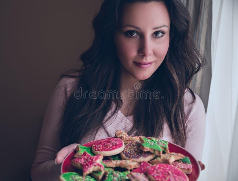 Menina que guarda cookies dos christmass imagens de stock royalty free