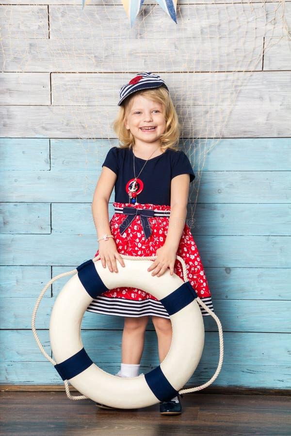 Menina que guarda a corda de salvamento nas mãos de foto de stock