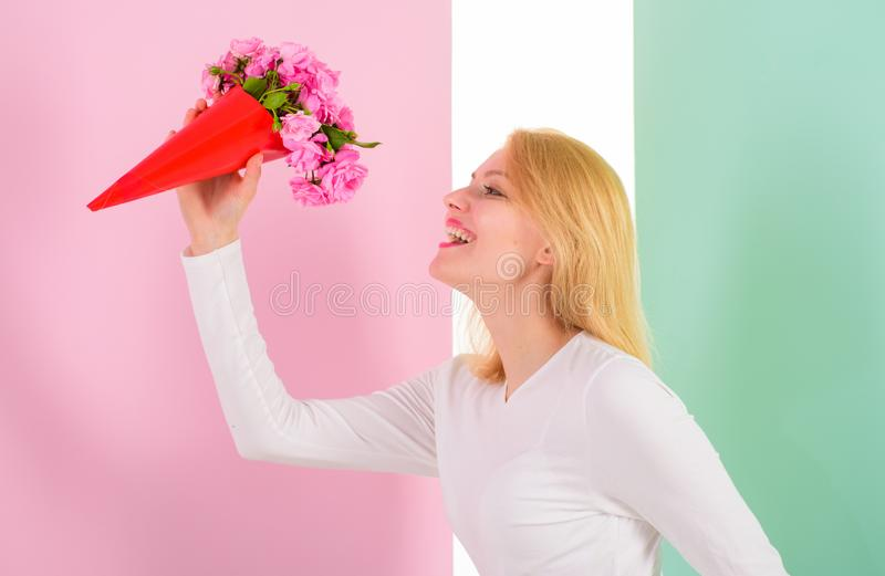 A menina que guarda flores do ramalhete aprecia a fragrância favorita Flores favoritas recebidas felizes da senhora como o presen foto de stock
