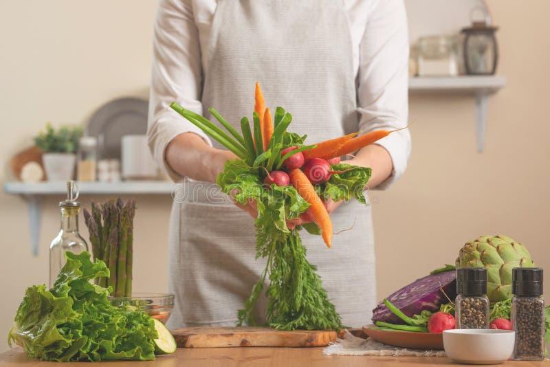 Menina que guarda legumes frescos O conceito do alimento saudável e integral de perda, desintoxicação, vegetariano que come, diet foto de stock