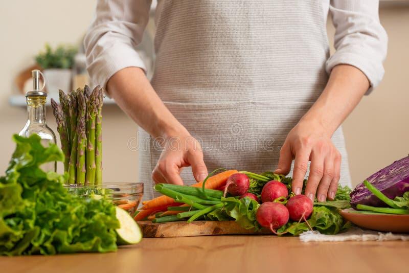 Menina que guarda legumes frescos O conceito do alimento saudável e integral de perda, desintoxicação, vegetariano que come, diet imagem de stock