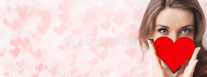 Menina que guarda o coração de papel foto de stock royalty free