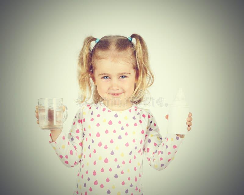 Menina que guarda o filtro para a água potável e o vidro do clea fotos de stock