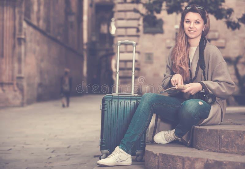 Menina que guarda o folheto fotos de stock royalty free