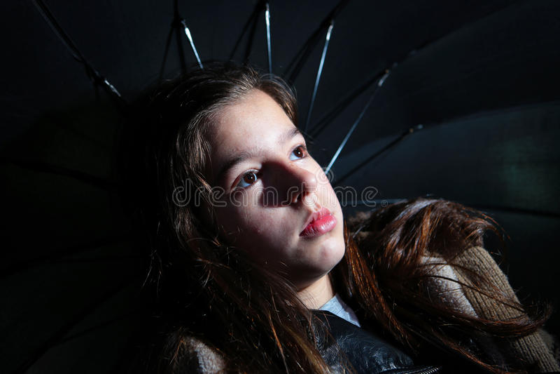 Menina que guarda o guarda-chuva imagem de stock