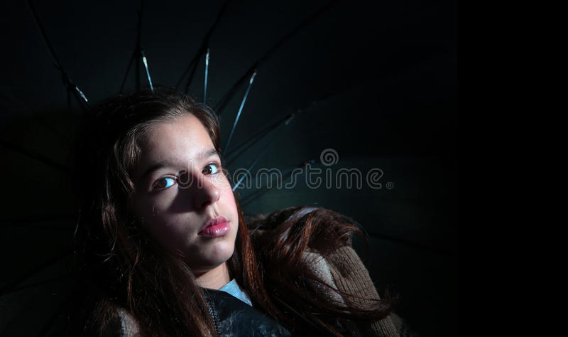 Menina que guarda o guarda-chuva fotografia de stock