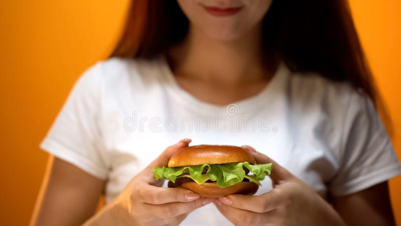 Menina que guarda o hamburguer casa-feito com interior da alface, petisco delicioso, fim acima imagens de stock
