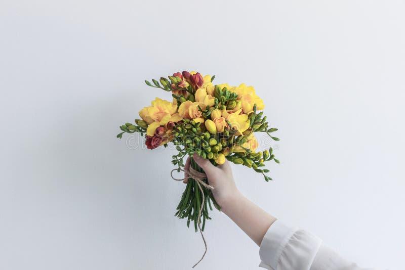 Menina que guarda o ramalhete da flor fotografia de stock