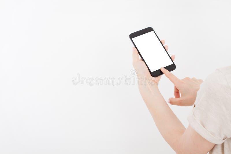 Menina que guarda o telefone preto Celular no trajeto de grampeamento branco para dentro Vista superior Zombaria acima Copie o es imagem de stock royalty free