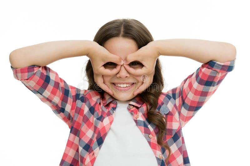 A menina que guarda os dedos aproxima os olhos como o super-herói ou a coruja da máscara dos vidros Jogo do jogo com super-herói  fotografia de stock royalty free