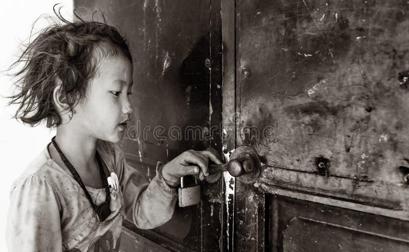 Menina que guarda a porta do professor de espera da sala de aula fechado para abrir, Sapa, Vietname fotos de stock royalty free