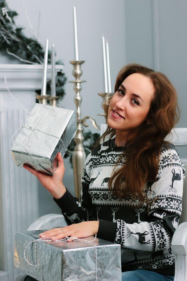 Menina que guarda presentes do Natal nas mãos imagens de stock royalty free