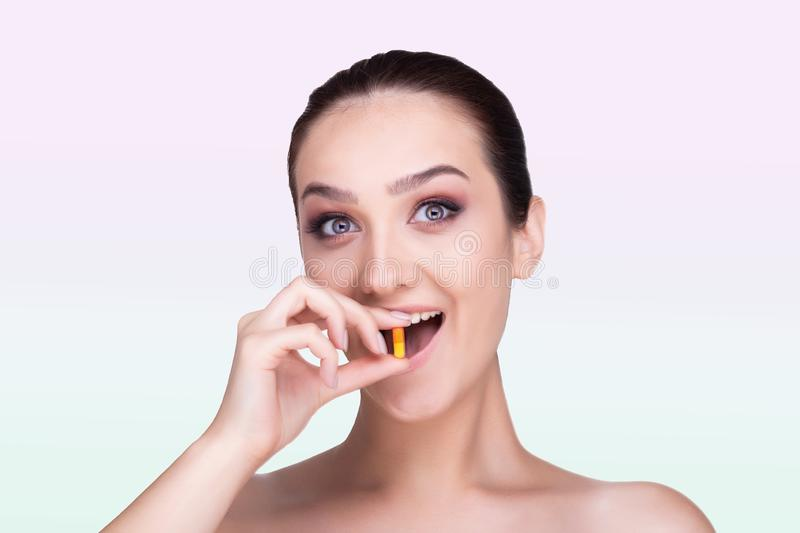 Menina que guarda um comprimido Recep??o das medicinas fotografia de stock royalty free