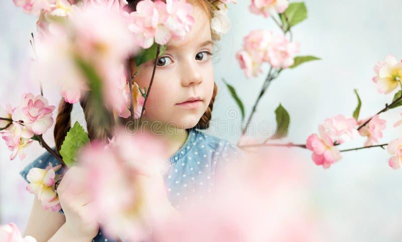 Menina que guarda um ramo fotografia de stock royalty free
