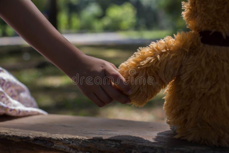 Menina que guarda um urso, verão do urso do balanço foto de stock