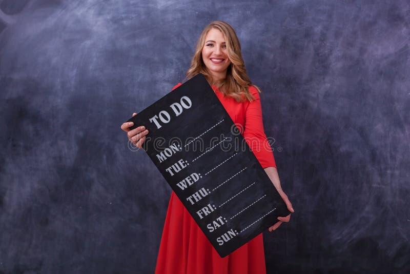 Menina que guarda uma placa foto de stock royalty free