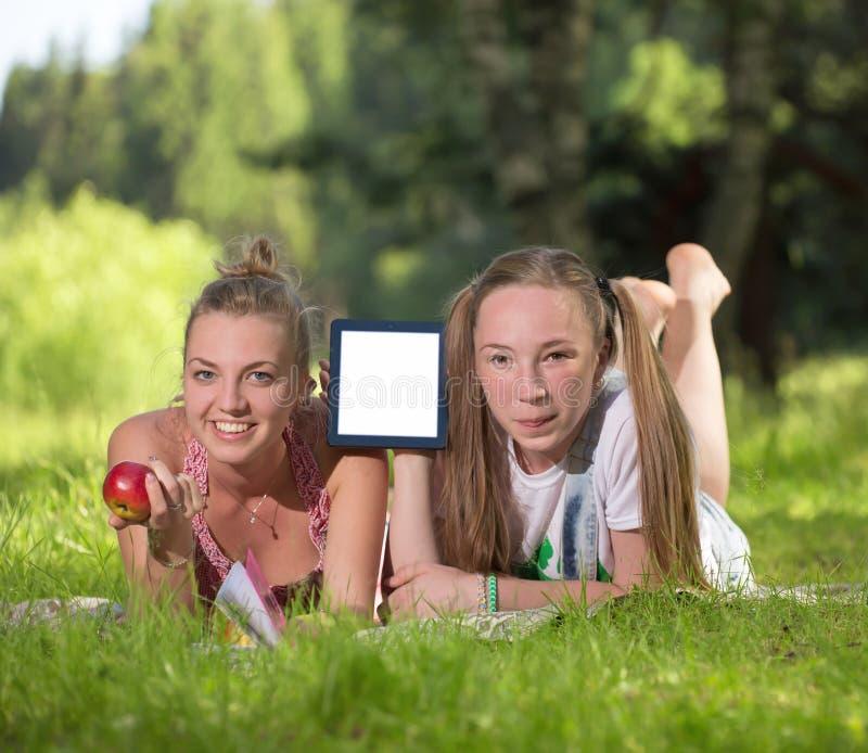 Menina que guarda uma tabuleta imagem de stock royalty free