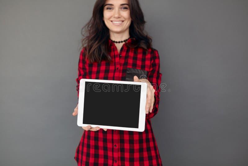 Menina que guarda uma tabuleta com exposição vazia foto de stock