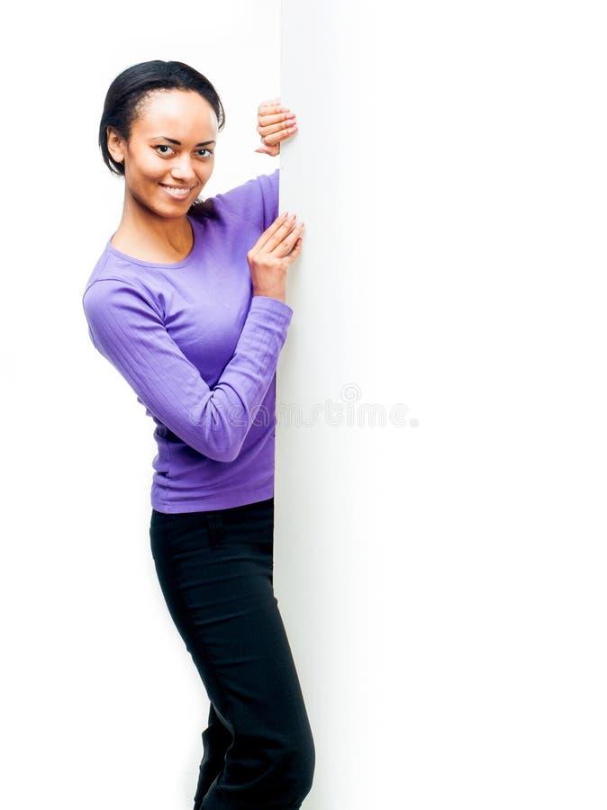 Menina que guardara a placa branca vazia fotografia de stock royalty free