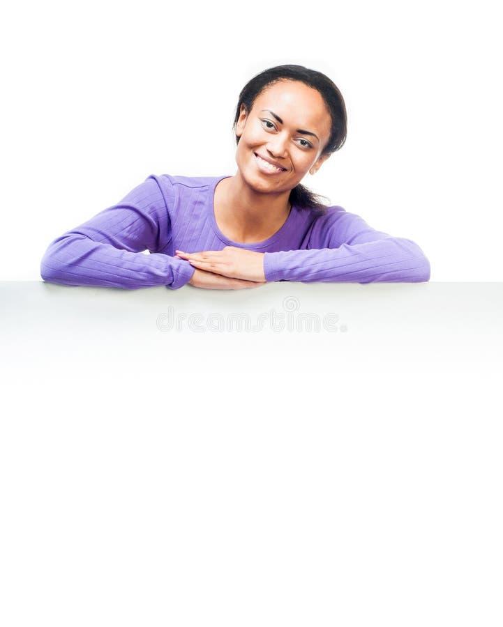 Menina que guardara a placa branca vazia imagem de stock royalty free