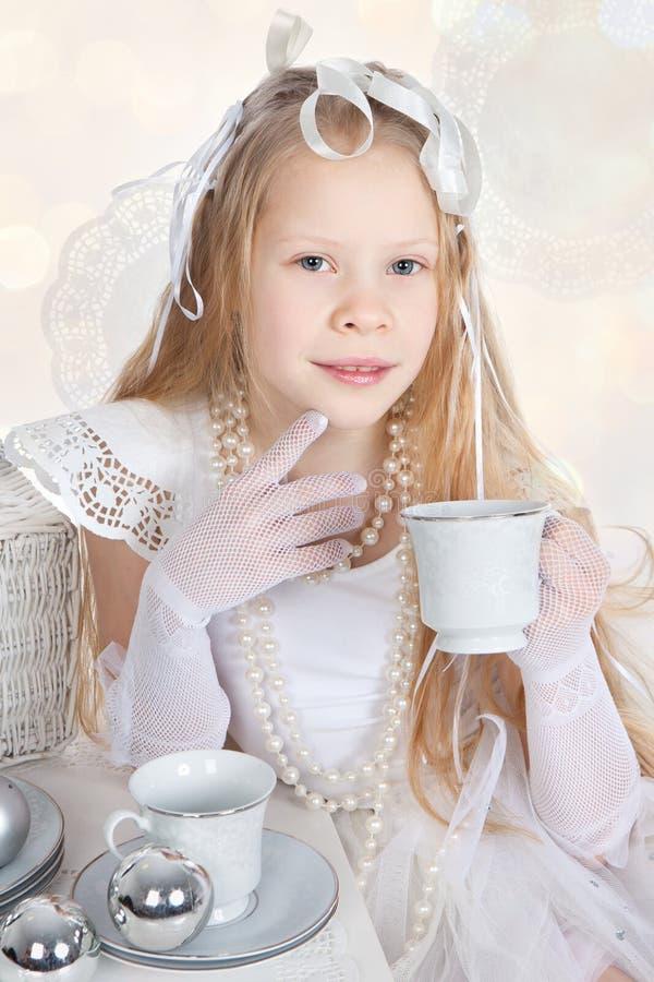 Menina que guardara um copo branco fotografia de stock