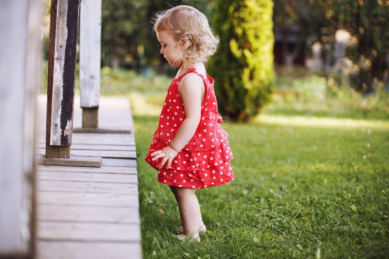 menina que joga apenas no jardim fotografia de stock