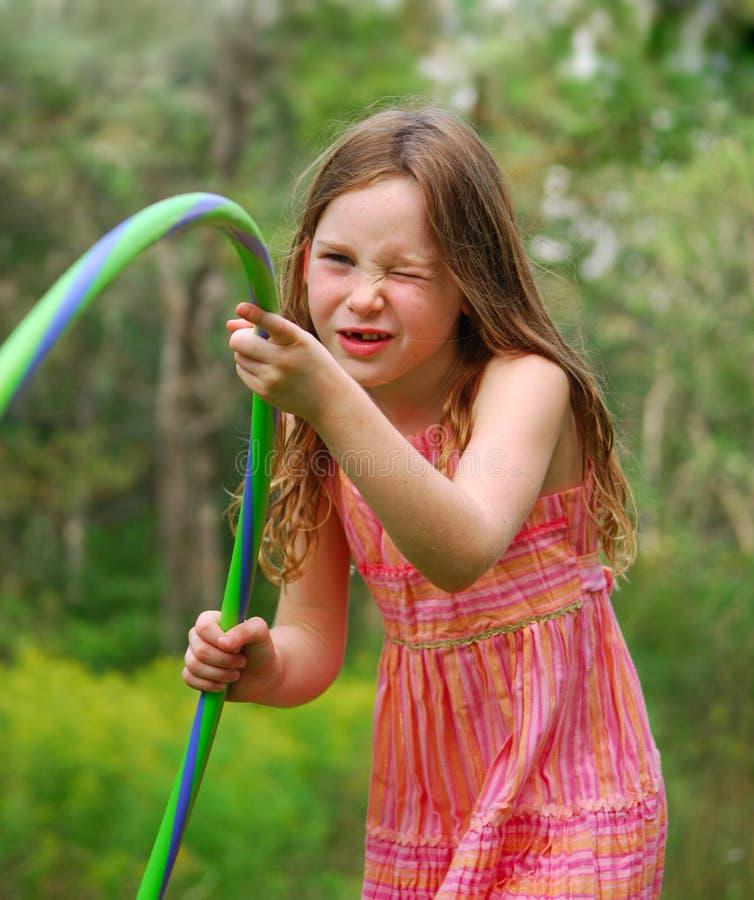 Menina que joga a aro de Hula imagens de stock royalty free