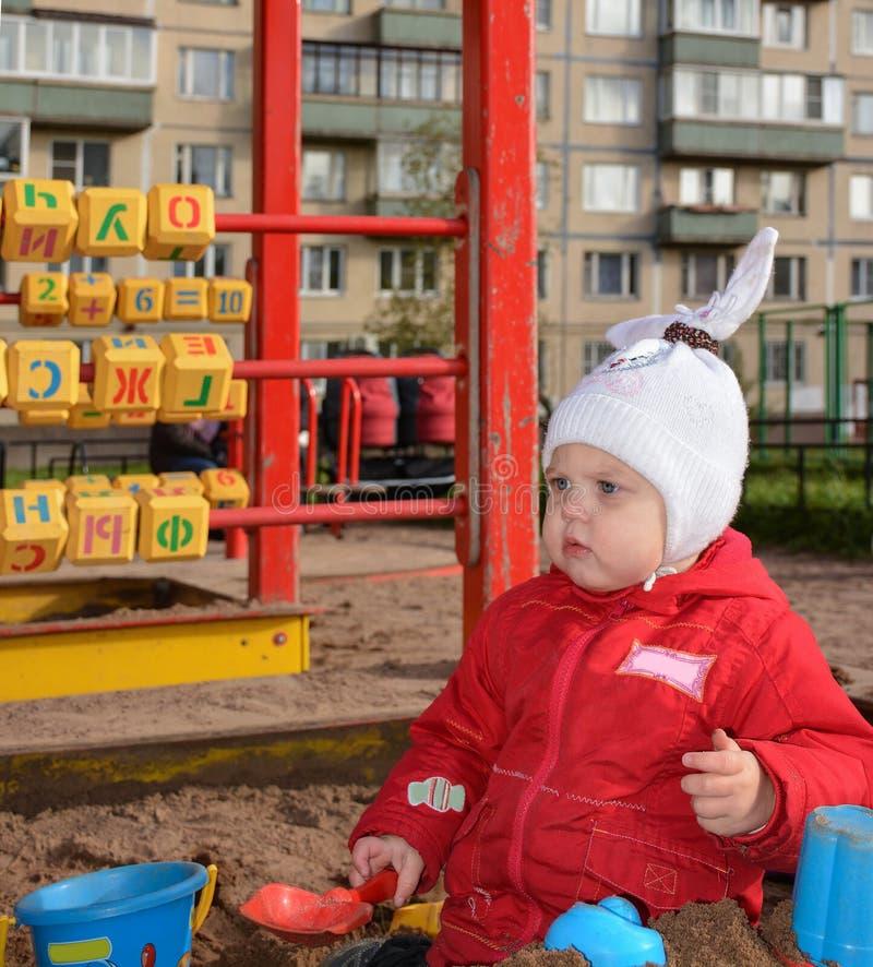 Menina que joga com areia foto de stock royalty free