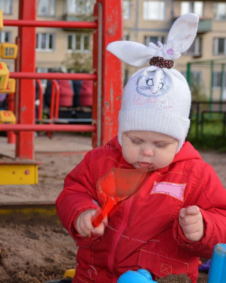 Menina que joga com areia fotos de stock