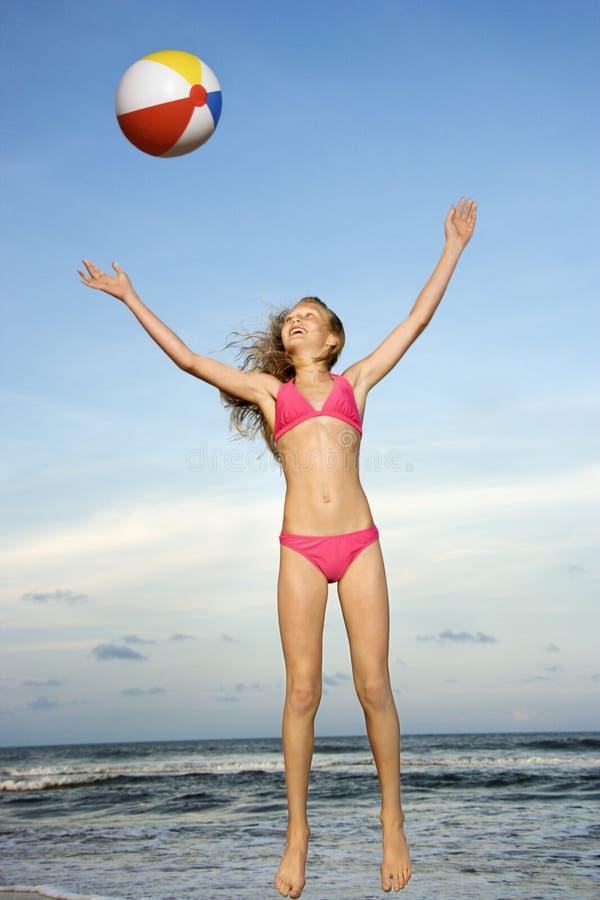 Menina que joga com beachball imagens de stock