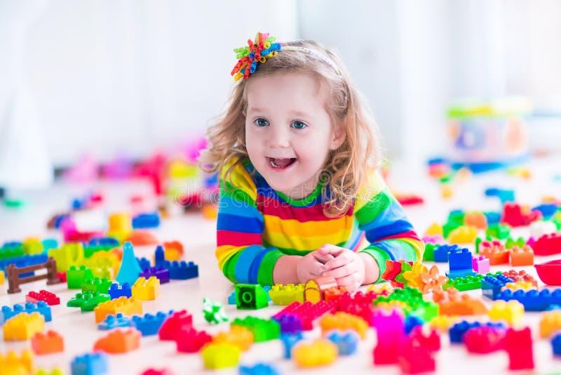 Menina que joga com blocos do brinquedo fotografia de stock royalty free