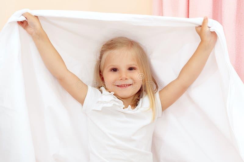 Menina que joga com cobertura fotografia de stock royalty free