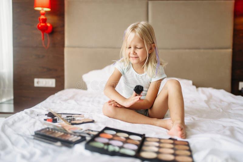 Menina que joga com composição das mamãs no quarto imagem de stock royalty free