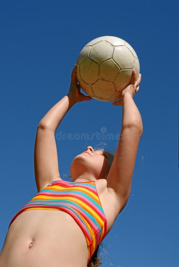 Menina que joga com esfera fotos de stock