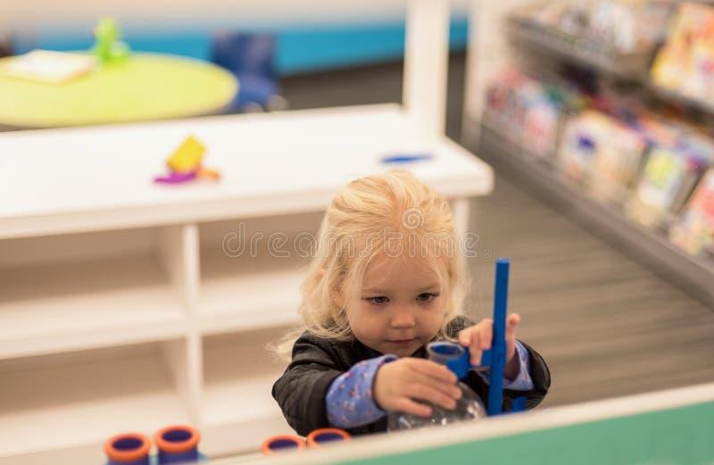 Menina que joga com intensidade fotos de stock