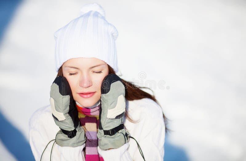 Menina que joga com neve foto de stock