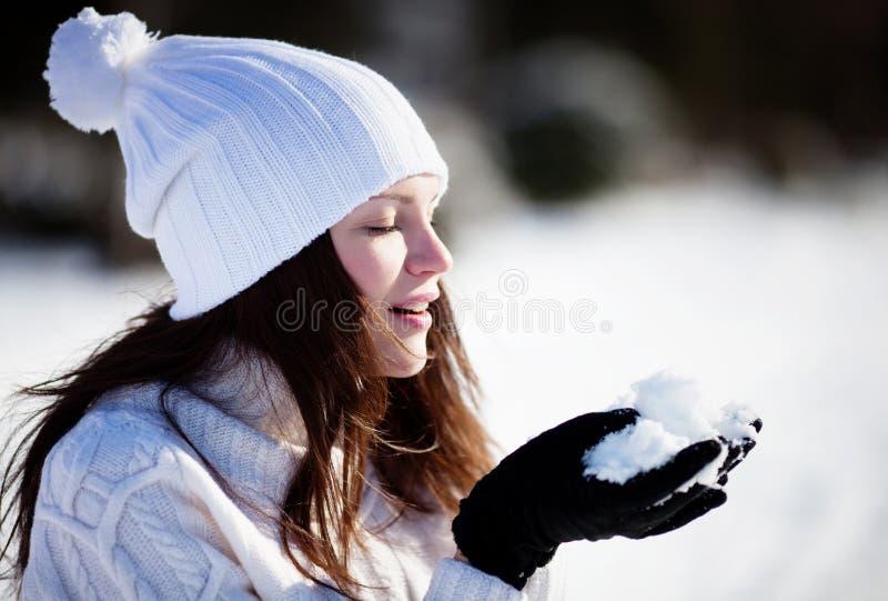 Menina que joga com neve imagens de stock royalty free
