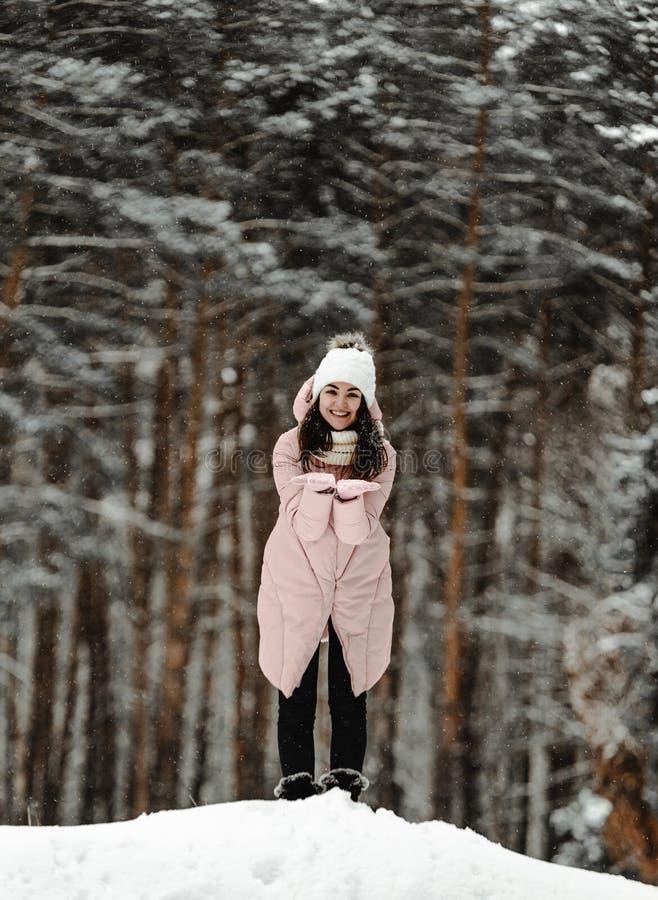 Menina que joga com neve no parque imagem de stock royalty free