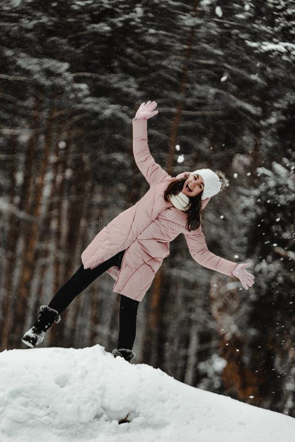 Menina que joga com neve no parque fotografia de stock