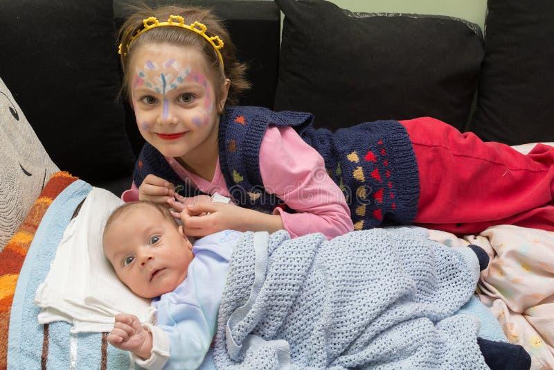 Menina que joga com o irmão recém-nascido do bebê imagens de stock royalty free