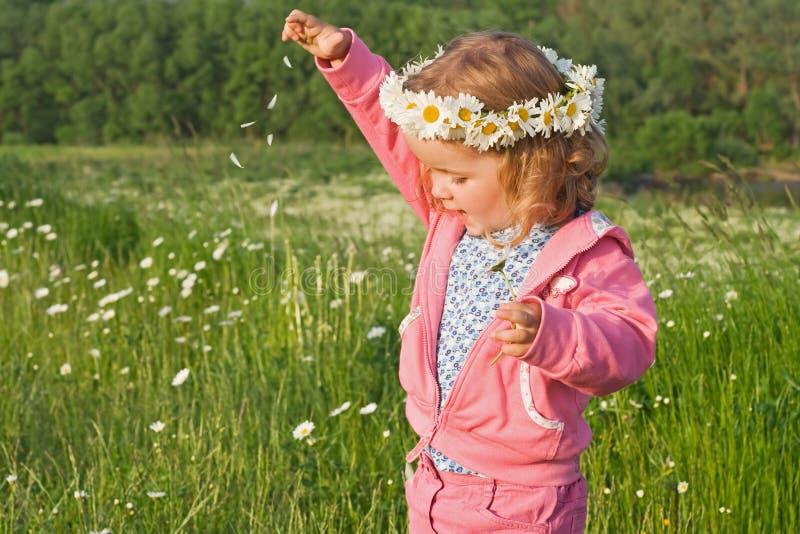 Menina que joga com pétalas da flor fotos de stock