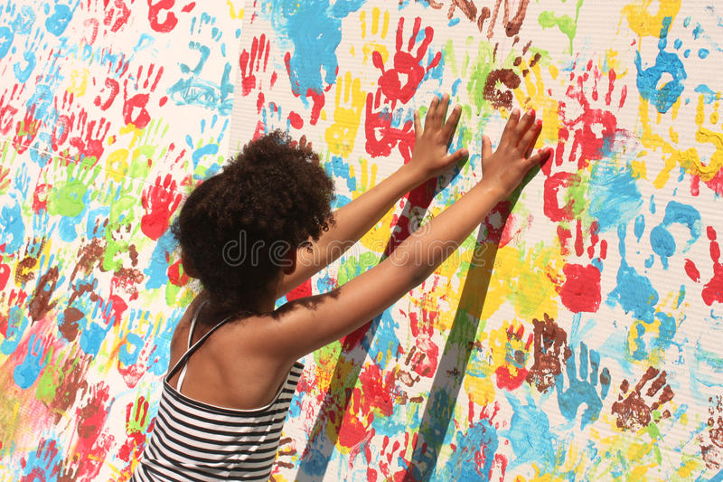 Menina que joga com pintura imagens de stock royalty free