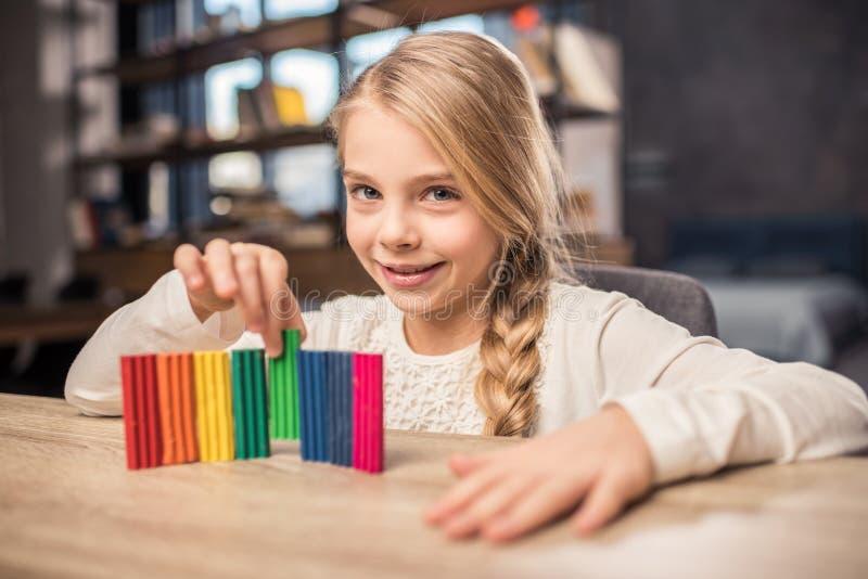 Menina que joga com plasticine imagem de stock