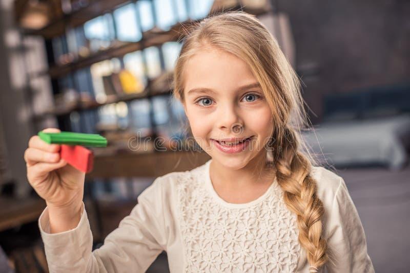 Menina que joga com plasticine fotografia de stock royalty free