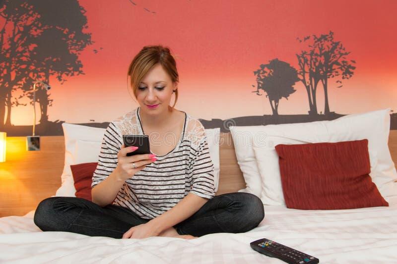 Menina que joga com telefone celular fotografia de stock