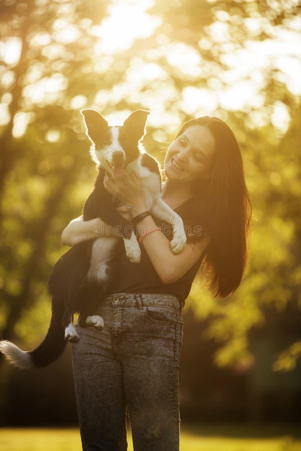 Menina que joga com um cão na floresta foto de stock royalty free